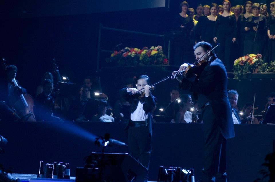 Erdély nemzeti dala, a Székely himnusz is elhangzik Mága Zolika és édesapja közös előadásában.