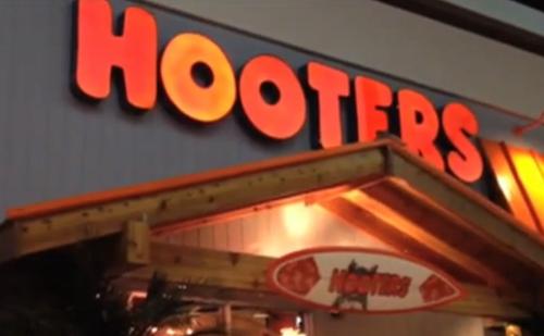 Az új Hooters étteremben nem akárki lehet pincér