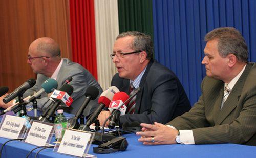 Egy konferencián harmadmagával Kossa György, a BM Országos Katasztrófavédelmi Főigazgatóság országos iparbiztonsági főfelügyelője