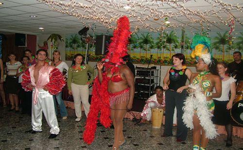 Kubai salsa táncosok tanítják az érdeklődőket