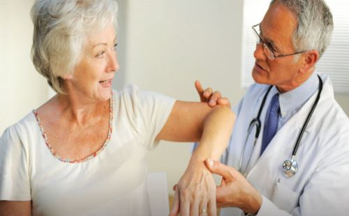 Csontritkulásban szenvedő páciens és doktor