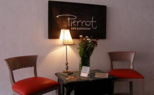 Kedves és hangulatos kialakítású a Café Pierrot Étterem