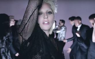 Lady Gaga dögös és nőies