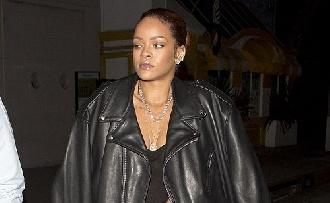 Rihanna átlátszó felsőben