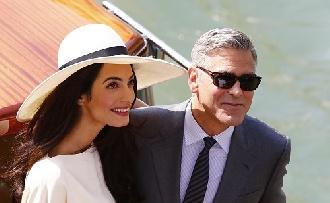 Sokáig térdelt George Clooney mire Amal igent mondott neki