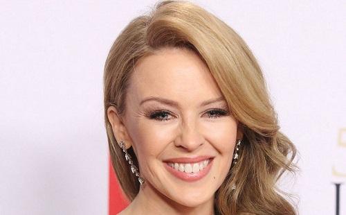 Kylie Minogue gyűrűt kapott