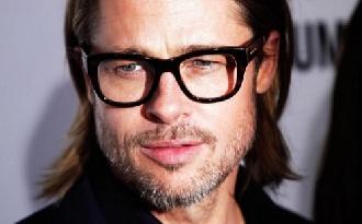 Brad Pitt sokkot kapott