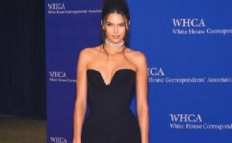 Mellbimbójával kérkedik Kendall Jenner