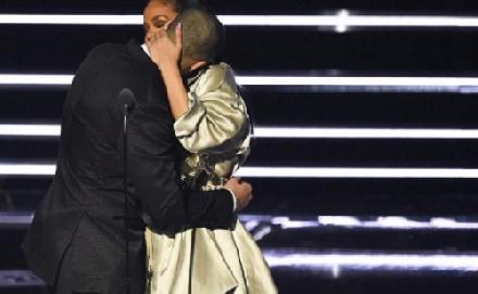 Rihanna és Drake hivatalosan is egy pár!