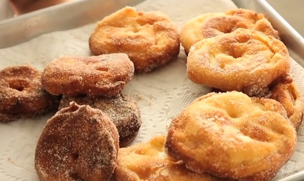 Végül megforgatjuk a még meleg almakarikákat fahéjas cukorban