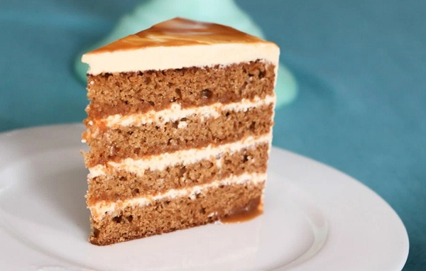A gyömbéres-karamellás tortához először négy tésztaréteget készítünk