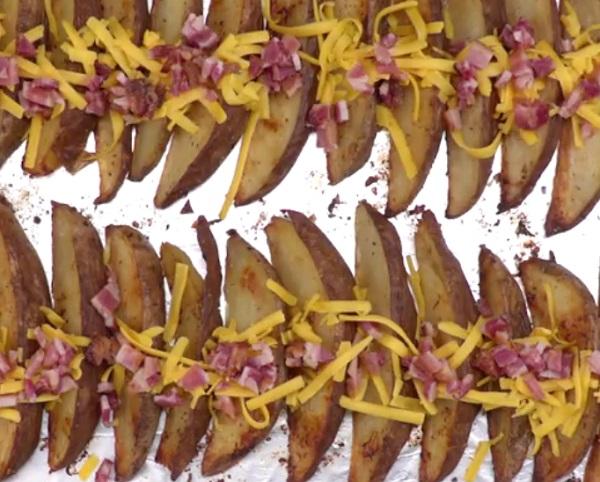 A burgonyákat szórjuk meg a sült baconnel és sajttal