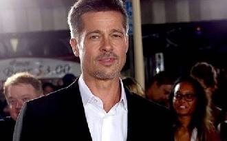 Brad Pitt máris becsajozott