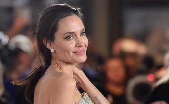Angelina Jolie könyvet ír