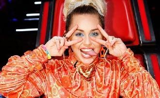 """Miley Cyrus """"nem mindig"""" hordja a jegygyűrűjét"""