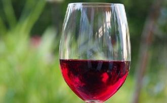 Hormon-egyensúlyt javíthat a vörösbor összetevője?