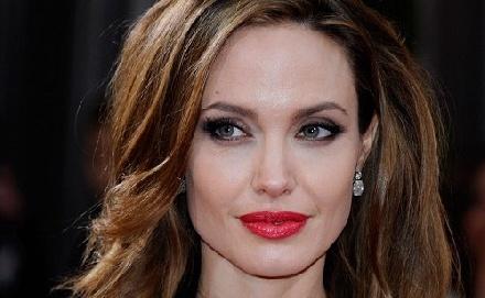 Másnál vigasztalódik Angelina Jolie