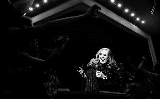 Adele elfelejtette a saját szövegeit