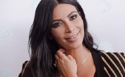 Merész ruhában bulizott Kim Kardashian