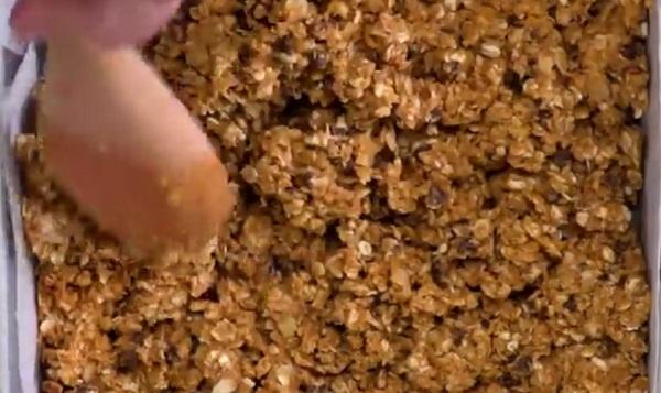 Nyomkodjuk a tepsibe jól a granolaszelet-alapot