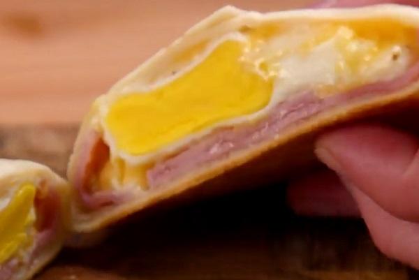 Finom és tápláló a sonkás-sajtos-tojásos tortilla tekercs