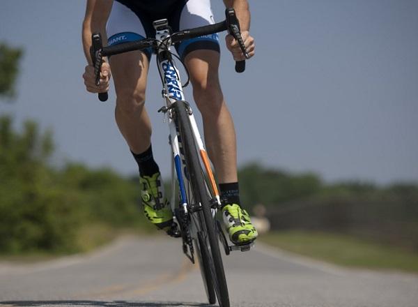 Néha elég a figyelmetlenség biciklizés közben is - és törik a fog