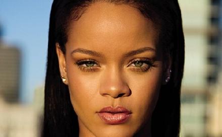 Gyűrűt kapott Rihanna