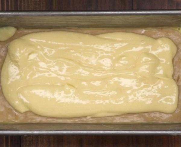 A krémsajtot második rétegként kenjük a tésztára