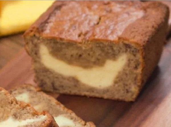 Mutatós és nagyon ízletes az elkészült banános-krémsajtos kenyér
