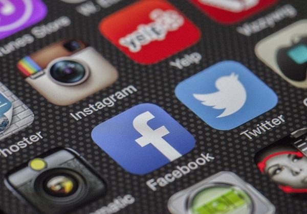 Sok, önkárosításra készülő fiatalnak nyújtana segítséget a Facebook