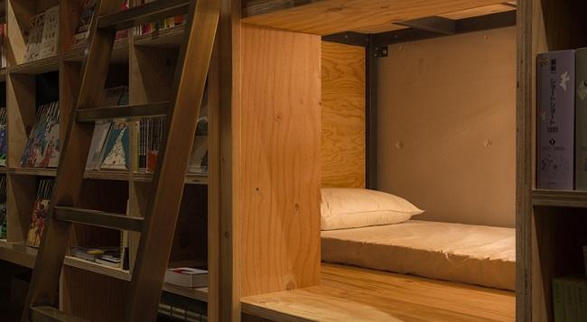 Kis alvóhelyek, sok-sok könyvespolc jellemzi a tokiói Book and Bed hotelt