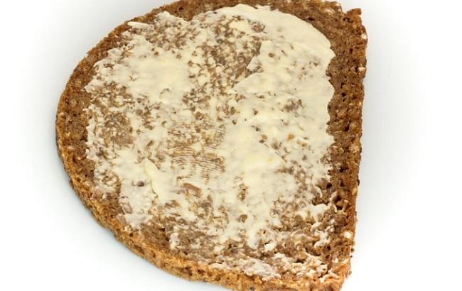 Egy szelet teljes kiőrlésű kenyér még feltétekkel is kevesebb kalória, mint a finomított lisztes