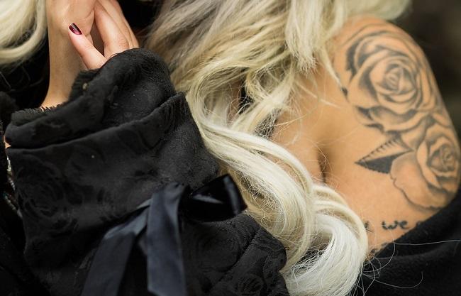 Plasztikai sebészeten, lézerfénnyel el lehet távolítani a tetoválást