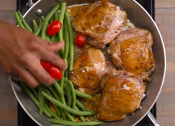 A csirkemellek megpirítása után a szósszal és a zöldségekkel is keverjük össze őket
