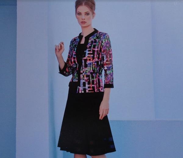 """A """"kis fekete"""" ruha mutatós, színes blézerrel is kombinálható esküvőre"""
