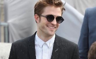 Robert Pattinson elismerte eljegyzését?