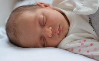 Rendkívül fontos a babák számára az alvás