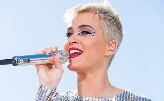 Katy Perry nyilvánosan fogdosta magát