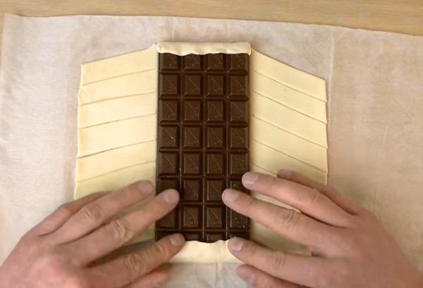 A tábla csokit fektessük a leveles tészta közepébe, majd hajtogassuk rá a tésztát
