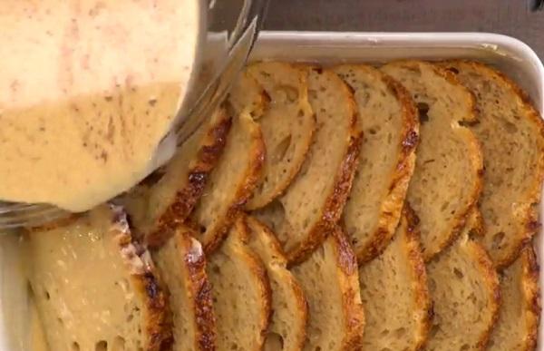 Öntsük le a tepsibe készített kenyérszeleteket az ízes mixszel
