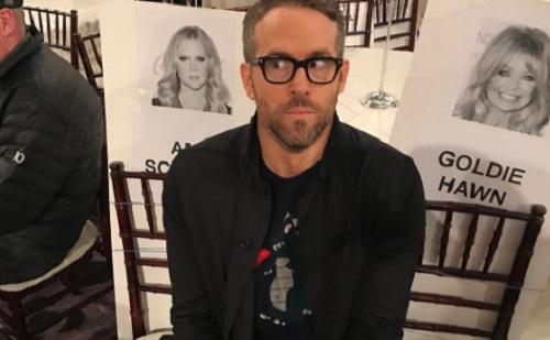 Ryan Reynolds kissé beégette a feleségét
