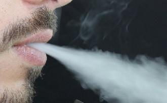Nagy veszély az e-cigi (is) plasztikai műtét előtt