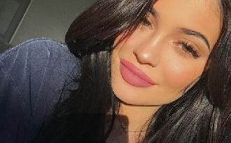 Kylie Jenner szégyenli testét?