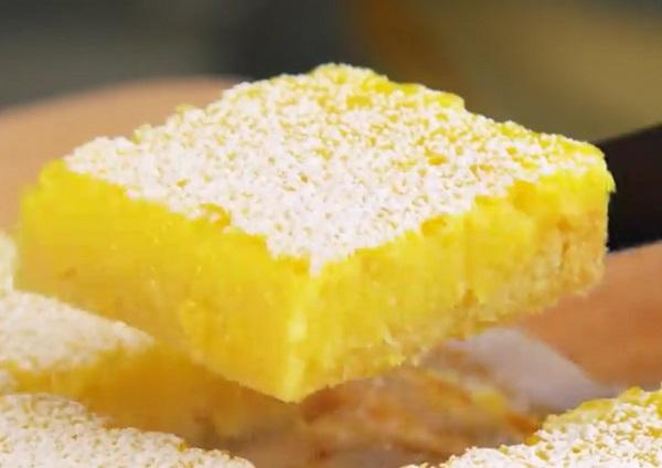 A kész citromos sütemény frissítő és finom kényeztetés