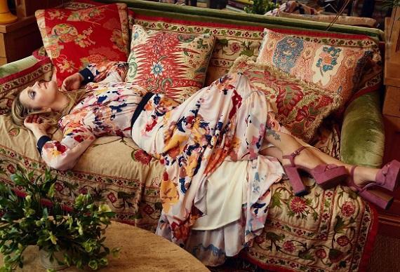 Drew Barrymore saját tervezésű ruháit és cipőit maga is népszerűsíti