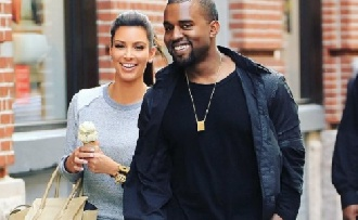 Kanye West ellenőrizgeti a béranyát