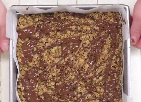 A kész süteményre csepegtessük rá a csokoládés öntetet