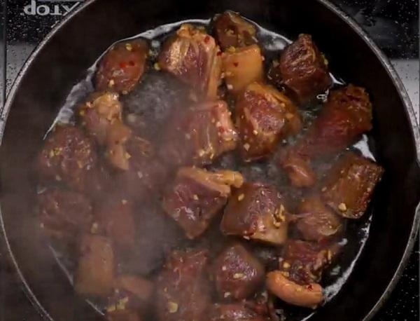 A kisütött steak kockákat később szószba mártogathatjuk
