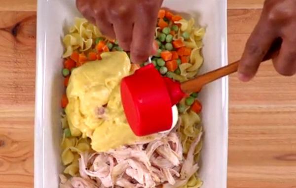 Egy sütőedénybe készítsük össze a csirkés tészta hozzávalóit és keverjük meg