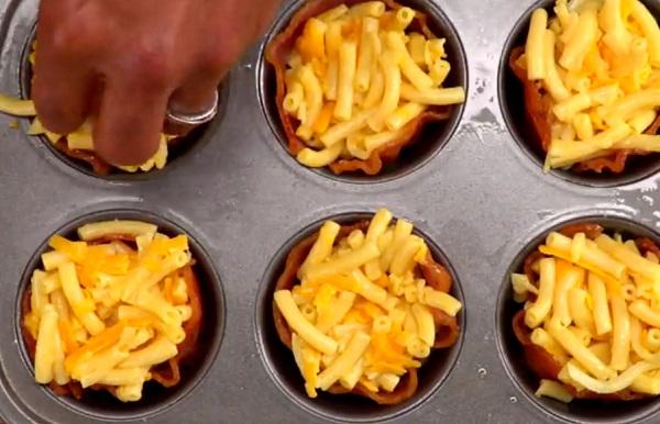 Töltsük meg a baconnel bélelt muffinformát a makarónival és a sajttal